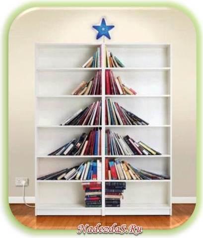 елка из книг на полке